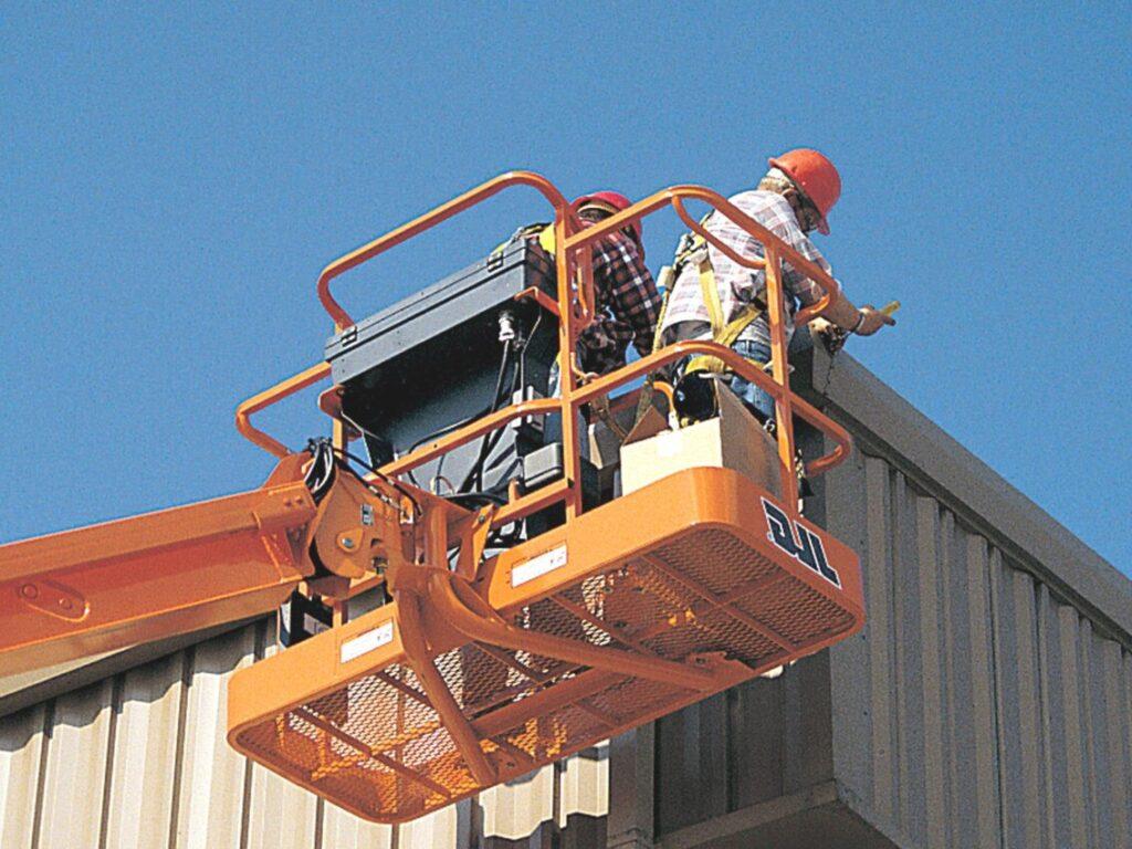 Podesty koszowe, tzw. zwyżki, ułatwiają pracownikom wykonywanie prac na wysokości